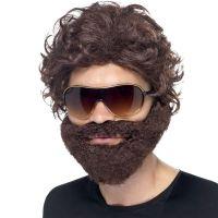 Junggeselle mit Bart, Perücke und Sonnenbrille