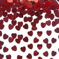Streudeko mit kleinen roten Herzen aus Metall