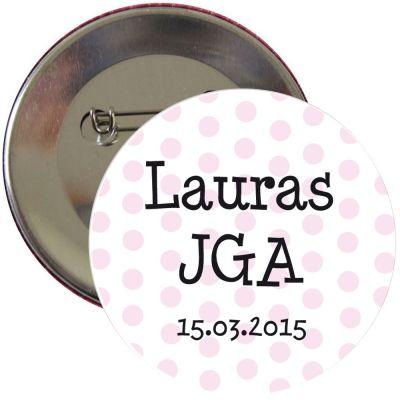Gepunkteter JGA-Button mit Name und Datum personalisiert