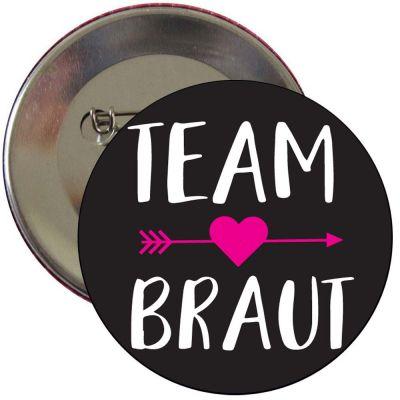 Schwarzer Team Braut JGA-Button mit Herz-Pfeil-Motiv