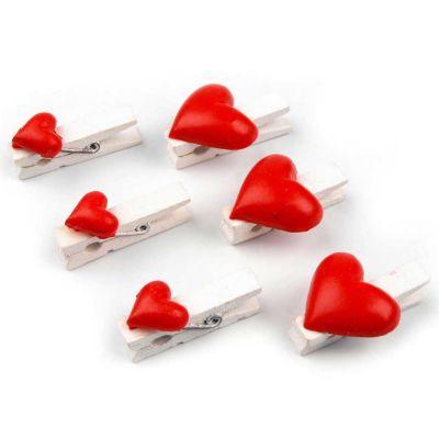 Weiße Holzwäscheklammern mit roten Herzen