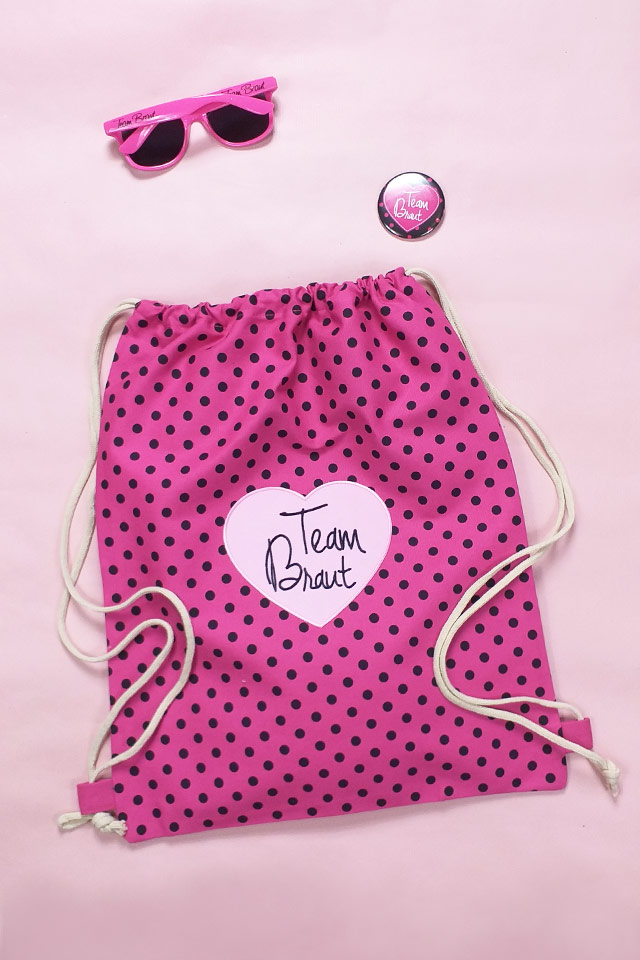 Pinkfarbenes JGA Outfit für Damen mit Punkten