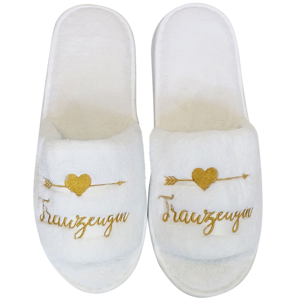 Weisse JGA-Wellness-Slipper mit goldfarbenem Trauzeugin-Stick