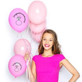 Dame mit JGA Deko-Ballons