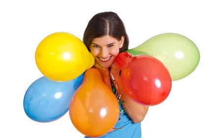 Trauzeugin mit Luftballons