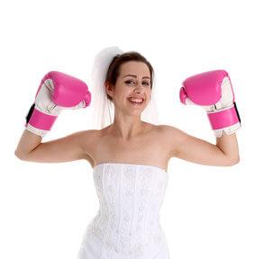 Braut mit Boxhandschuhen beim Hochzeitsspiel