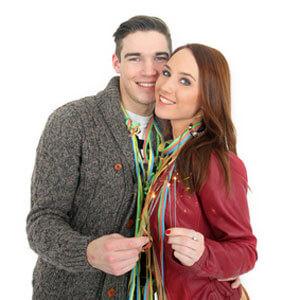 Paar mit Luftschlangen