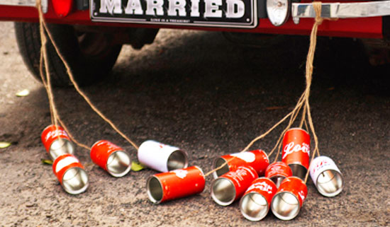 Hochzeitsauto mit angebundenen Dosen