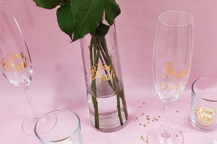 Vase und Sektgläser mit goldfarbenen JGA Tattoos