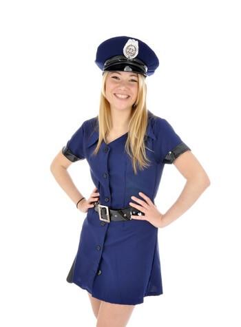 Frau in Polizei-Kostüm