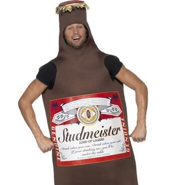 Bräutigam im Junggesellenabschied-Kostüm als Bierflasche