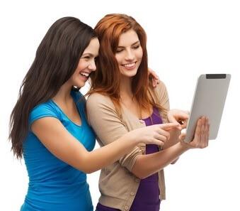 Frauen mit Laptop planen den JGA
