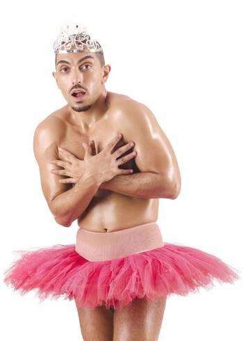 Mann mit rosafarbenem Männer-Tütü
