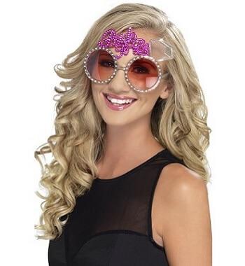 Frau mit Junggesellinnenabschied-Brille
