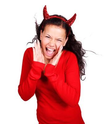 Frau mit roten Teufelshörnern