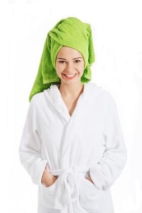 Braut mit Handtuch und Bademantel