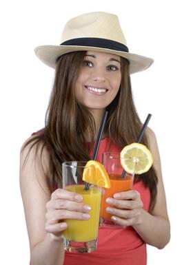 Junggesellin mit Cocktails