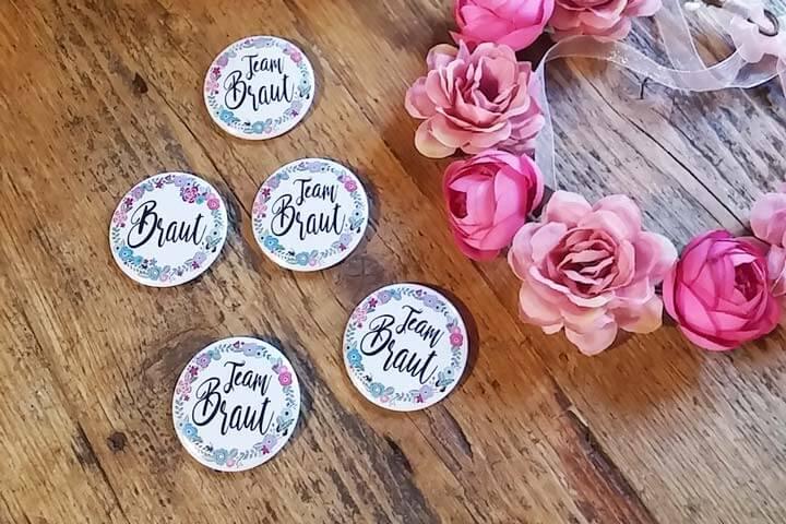 Junggesellinnenabschied Buttons mit Blumenkranz-Motiv für Braut und Team